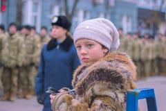 Zhytomyr Ukraina, Luty, - 26, 2016: Dziewczyna na Militarnej militarnej paradzie, rzędy żołnierze Obraz Stock