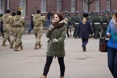 Zhytomyr Ukraina, Luty, - 26, 2016: Dziewczyna na Militarnej militarnej paradzie, rzędy żołnierze Obraz Royalty Free