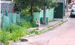 Zhytomyr Ukraina - Maj 5, 2015: Gullig älskvärd pojke med kattungen i en parkera arkivbild