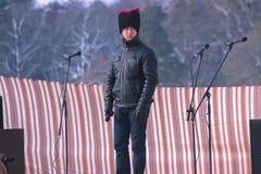 Zhytomyr Ukraina - Maj 05, 2015: man med den roliga hatten och mikrofonen Arkivfoto