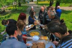 Zhytomyr UKRAINA, Maj, - 21, 2017: Niektóre anarchistów aktywiści przy jedzenie Nie bombami prowadzą kampanię karmiący bezdomny Obrazy Stock