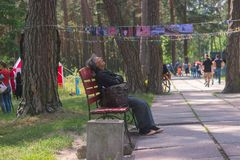 Zhytomyr Ukraina - Maj 05, 2015: Sömn Homless för gammal kvinna på bänken Royaltyfri Foto