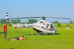 Zhytomyr Ukraina - Maj 05, 2015: Ung man som solbadar på helikopterkonkurrens Royaltyfri Fotografi