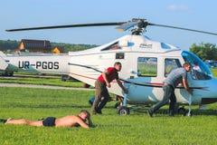 Zhytomyr Ukraina - Maj 05, 2015: Ung man som solbadar på helikopterkonkurrens Royaltyfria Bilder