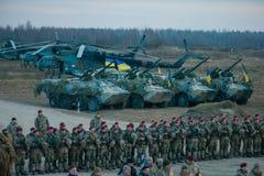 Zhytomyr Ukraina - November 21, 2018: Militären ståtar, tankar helikopterkolonnen royaltyfria bilder