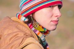 Zhytomyr Ukraina - Oktober 03, 2015: attraktiv ung kvinna i etnisk smyckenfjäder Fotografering för Bildbyråer