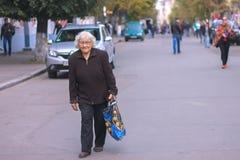 Zhytomyr Ukraina - Oktober 03, 2015: den gamla kvinnan går på gatan Fotografering för Bildbyråer