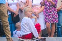 Zhytomyr Ukraina - Oktober 03, 2015: flicka som ler i folkmassan Fotografering för Bildbyråer