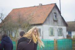 Zhytomyr Ukraina, Październik, - 19, 2017: młody człowiek jest ubranym jego dziewczyny na ona w parku z powrotem Fotografia Royalty Free