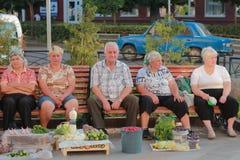 Zhytomyr Ukraina, PAŹDZIERNIK, - 08, 2015: sprzedawców bubli warzywa w rynku Obrazy Stock