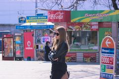 Zhytomyr Ukraina - September 05, 2015: Flickan väntar på en buss Uttråkade tonåriga väntande på föräldrar royaltyfria bilder