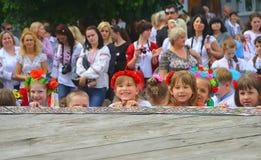 Zhytomyr Ukraina - September 05, 2015: skratta små ungar på gatan Arkivbilder