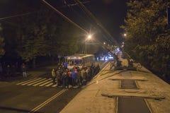 Zhytomyr Ukraina, Wrzesień, - 05, 2015: Ludzie przy nocy ulicą pokrywającą się podczas demonstraci Obrazy Stock