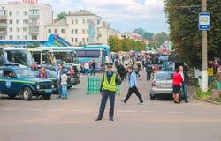Zhytomyr Ukraina, Wrzesień, - 05, 2015: Ruchu drogowego policjanta naczelnikostwa samochody w skrzyżowaniu drogi Obrazy Stock