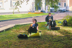 Zhytomyr, Ukraine - 9. August 2015: Streunender Hund stören übendes Yoga bei Sonnenaufgang Lizenzfreies Stockbild