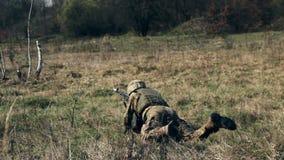 ZHYTOMYR, UKRAINE - 8 avril 2016 : Soldats militaires le 23 septembre 2013 banque de vidéos