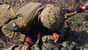 ZHYTOMYR, UKRAINE - 8 avril 2016 : Soldats militaires sur des formations tactiques clips vidéos