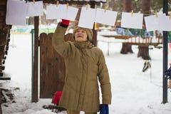 Zhytomyr, Ukraine - 15. Februar 2018: Großmutter, die Fotos im Winter betrachtet lizenzfreie stockbilder