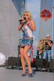 Zhytomyr, Ukraine - 20 juin 2013 : Fille blonde de chanteur chantant jouant la bande vivante dans le concert d'arrière-cour avec  Images stock