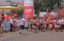 Zhytomyr, Ukraine - 25 juin 2016 : la foule heureuse de personnes faisant la fête sous le nuage coloré de poudre organisent le co Image stock
