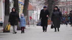 Zhytomyr, Ukraine - 15. März 2018: Leute, die an der zentralen Straße gehen stock footage