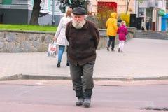 Zhytomyr, Ukraine - 9. Mai 2015: alter armer Mann, der durch die Straßen geht Lizenzfreies Stockbild