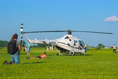 Zhytomyr, Ukraine - 5 mai 2015 : Jeune homme prenant un bain de soleil à la concurrence d'hélicoptère tandis qu'il tir sur l'appa Photographie stock libre de droits