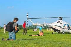 Zhytomyr, Ukraine - 5 mai 2015 : Jeune homme prenant un bain de soleil à la concurrence d'hélicoptère tandis qu'il tir sur l'appa Photos stock