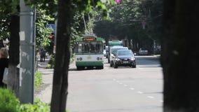Zhytomyr, Ukraine - 21 mai 2018 : le trafic léger avec des voitures à la rue banque de vidéos