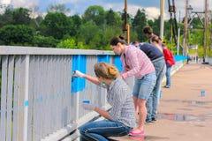 Zhytomyr, Ukraine - 19 mai 2015 : Les gens peignent le pont dans la couleur bleue Images stock