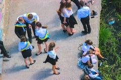 Zhytomyr, Ukraine - 28. Mai 2015: Letzter Anruf für Schulferien im Schulhof lizenzfreie stockfotografie