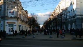 Zhytomyr, Ukraine - 21 mars 2018 : le trafic léger avec des voitures à la rue banque de vidéos