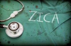 Zica di parola identico con l'obiettivo sull'uniforme di medico macchiata con sangue con phonendoscope immagini stock libere da diritti