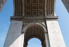 Zich bevindt onder Arc de Triomphe, die omhoog eruit zien stock fotografie