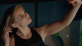 Zich binnen moderne gymnastiek bevinden en meisje die selfie maken stock video