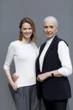 Zich en vrouwen die geïsoleerd op grijze, jonge en hogere mensen verenigen glimlachen Royalty-vrije Stock Foto