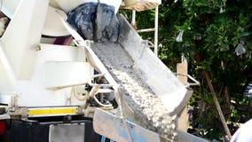 Zich mengt en giet cement door cement vrachtwagen stock videobeelden