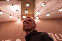 Zich onder aanstekende lampen bevinden en mens die omhoog kijken stock afbeeldingen