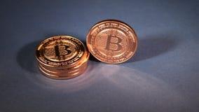 Zich rechtop en dan Bitcoin die bevinden omverwerpen stock video