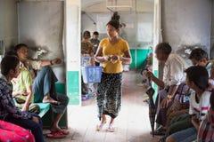 Zich richt aan boord van trein in Yangon, Myanmar Royalty-vrije Stock Afbeelding
