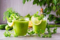 Zich verfrist smoothies van komkommer, groene appel, verse kruiden stock afbeelding