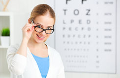 Zichtcontrole vrouw in glazen bij optische artsenoftalmoloog royalty-vrije stock foto