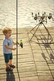 zicklein Fischer fischt auf einem Angelausflug Kind mit Angelrute auf hölzernem Pier Lizenzfreie Stockbilder