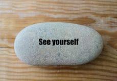 ` Zie me `-woord op de steen - minimaal ontwerp Stock Afbeelding
