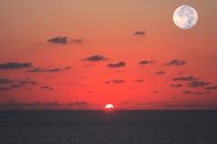 Zie tezelfdertijd de zon en de maan Stock Foto's