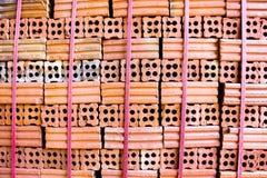 Ziegelofen. Sammlungssatz des Stapels der roten Backsteine in Ofenfabrik b Lizenzfreie Stockbilder