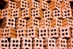 Ziegelofen. Sammlungssatz des Stapels der roten Backsteine in Ofenfabrik b Lizenzfreies Stockbild
