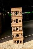 Ziegelofen. Sammlungssatz des Stapels der roten Backsteine in Ofenfabrik b Lizenzfreie Stockfotografie
