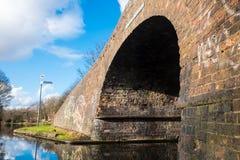 Ziegelstein-Brücke an Birmingham-Kanal Stockbilder