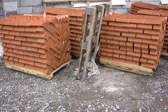 Ziegelstein des roten Lehms, stehend in den Stapeln Lizenzfreies Stockfoto